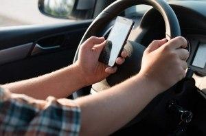 В Великобритании начали следить за водителями с телефонами